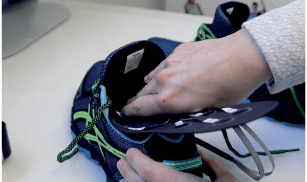 Włóż wkładki baropodometryczne do butów