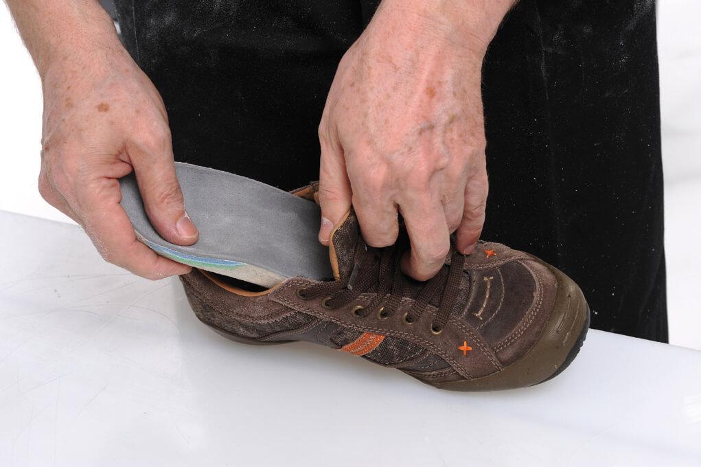 włożenie gotowych wkładek ekspandujących do buta